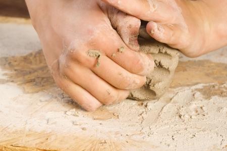Kind Händen eines Töpfers
