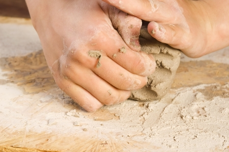 alfarero: Manos de un niño de un alfarero Foto de archivo