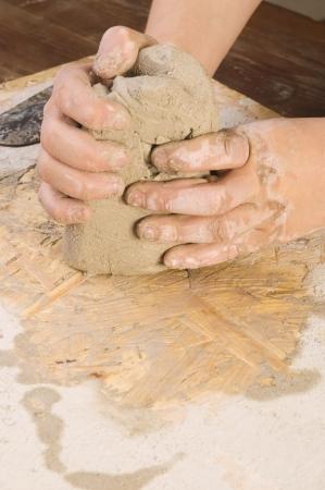 alfarero: Las manos del ni�o de un alfarero