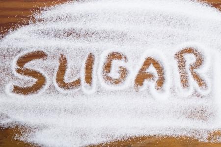 흰색 입자가 굵은 설탕의 더미로 쓰여진 단어 당 스톡 콘텐츠