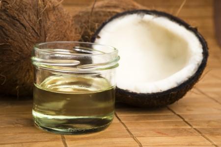 aceite de coco: El aceite de coco para la terapia alternativa Foto de archivo
