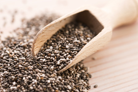 木のスプーンで栄養価の高いチア種子 写真素材