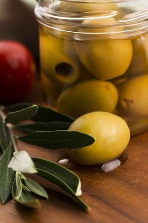 rama de olivo: aceitunas encurtidas y rama de olivo Foto de archivo
