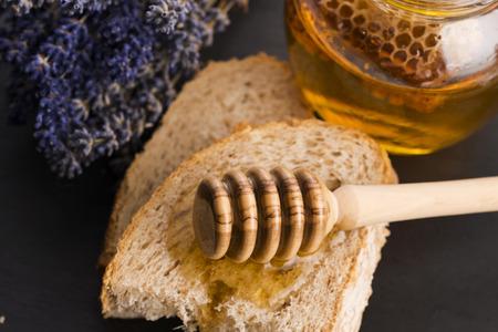 lavanda: El pan y el tarro de miel de lavanda
