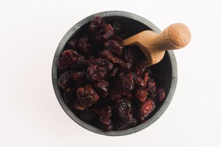 arandanos rojos: dried cranberries in a bowl Foto de archivo