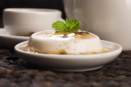 gelatina: Panna cotta dessert with passion fruit and mint Foto de archivo