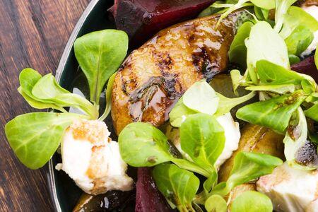 Salade van geroosterde rode biet, peer, veldsla, kaas
