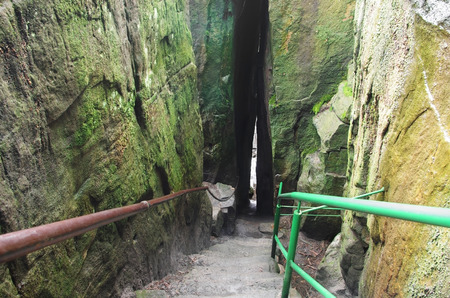 gory: percorso tra le rocce in Szczeliniec Wielki in Gory Stolowe Table Mountains, Polonia
