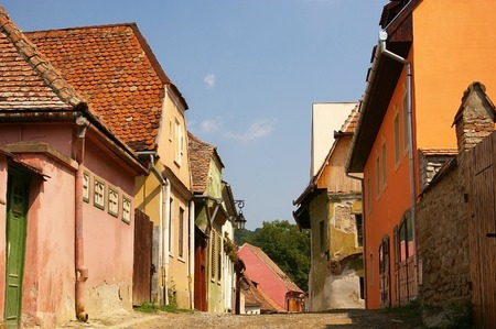 callecita de tierra en Sighisoara, Transilvania, Rumania photo