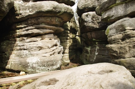 gory: sentiero stretto tra pareti di roccia a Bledne Skaly in Gory Stolowe Polska Polonia, Sudeti, montagne Stolowe