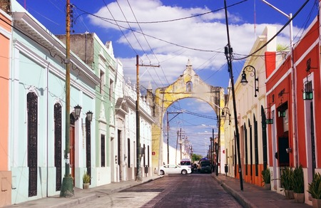 メリダ、ユカタン、メキシコの古い部分のカラフルな通り