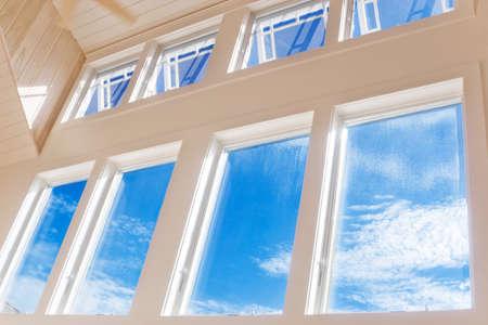 big window: Grote muur van ramen met een blauwe zomerhemel