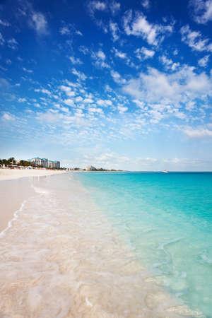 turks: Ver oeste hacia abajo el blanco arena gracia bah�a playa, turcos & Caicos