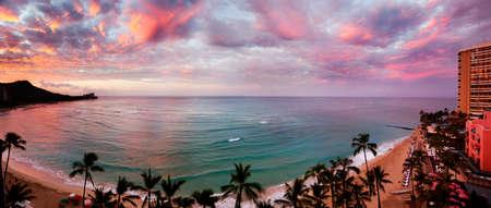 hawai: Playa de Waikiki, Hawaii, como las luces del amanecer hasta las nubes Foto de archivo