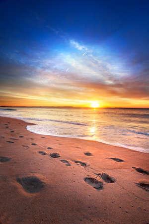 아침: 메인 해변으로 태양이 수평선에 온다 스톡 사진