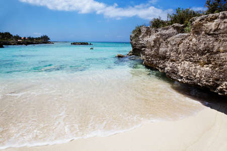 Man gets mask and snorkel on at Smith Cove, Grand Cayman Stock Photo