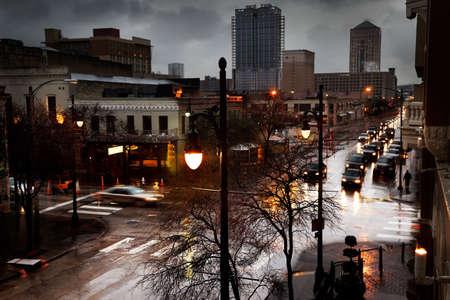 senda peatonal: Calle sexta en Austin en una tarde lluviosa Foto de archivo