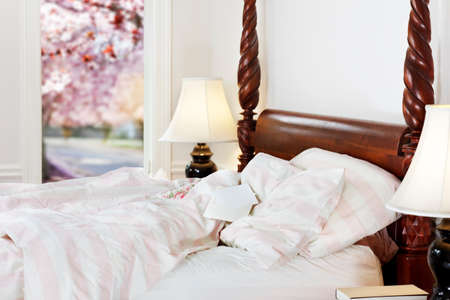four poster bed: Note (blank) resting on pillow of empty bed