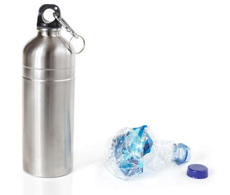 botella de plastico: Botella de agua reutilizable en lugar de desechable botella de agua de pl�stico, aislado Foto de archivo