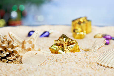christmas gift: Christmas ornaments in the sand - gold packages