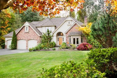 incominciare: Casa suburbana in autunno in anticipo come le foglie cominciano a girare