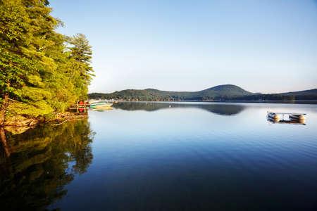 hampshire: Ma�ana de verano en un tranquilo lago de Nueva Hampshire