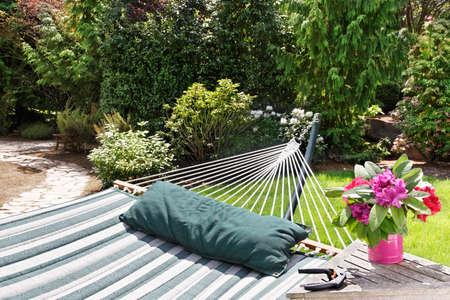 hamac: D�tendez-vous et profiter du jardin apr�s la coupe des fleurs Banque d'images