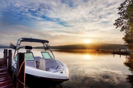 hampshire: Sol y la niebla en un muelle de verano de Nueva Hampshire en barco al amanecer