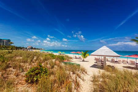 turks: Las dunas de arena detr�s de un tramo de la larga playa de Grace Bay, Providenciales, Islas Turcas y Caicos