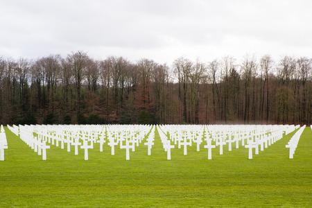 memorial cross: L�pida en un cementerio Memorial de Guerra Foto de archivo