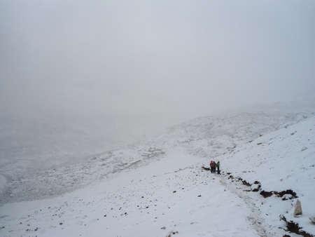 Trekkers in a snow storm going to Gorak Shep at Everest Base Camp trek Imagens