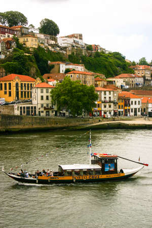 Amazing traditional wine boat in Rio Douro in Porto, Portugal 新闻类图片