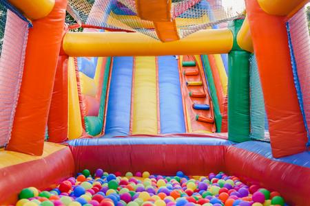 Castillo inflable lleno de bolas de colores para que los niños salten