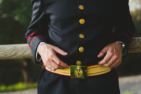 Military soldier wearing his dress uniform Banque d'images - 114193432