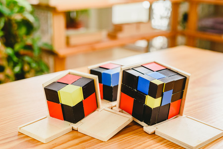 Geometric material in Montessori classroom for the learning of children in mathematics area. 免版税图像