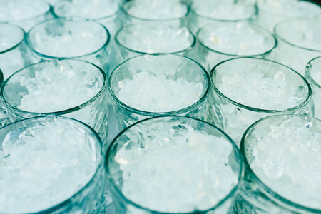 Pattern of glasses with ice ready to prepare a cocktail with refreshing background. Banque d'images - 113883232