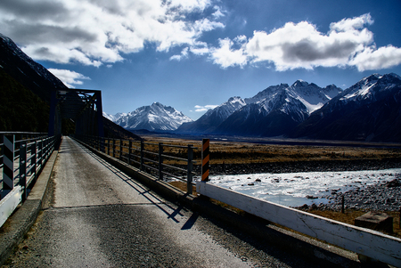 Snowy mountainous landscape of the New Zealand alps with dramatic skies, during a motorhome trip. Banco de Imagens