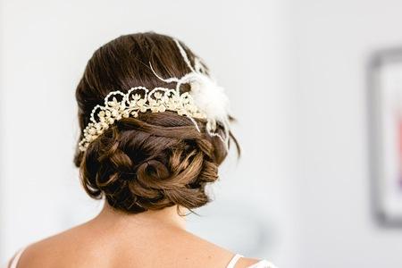 Frauenfrisur für ihren Hochzeitstag.