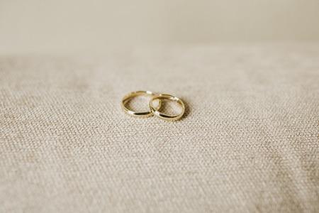 Pair of elegant wedding rings Imagens