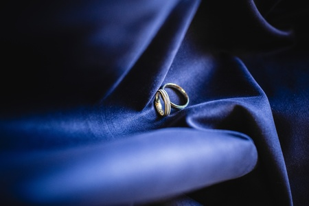 Silver and gold wedding rings 写真素材 - 113864609