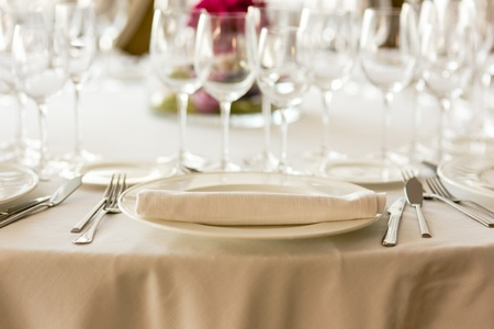 Decoration of the centerpieces of a wedding with the cutlery and vintage details.