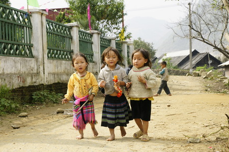 Sapa, Vietnam - 27 October 2011: People and children from Sapa, mountainous area of northern Vietnam in their daily life. Redactioneel