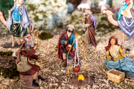Religious figures of nativity scene at Christmas. Banque d'images - 114353173