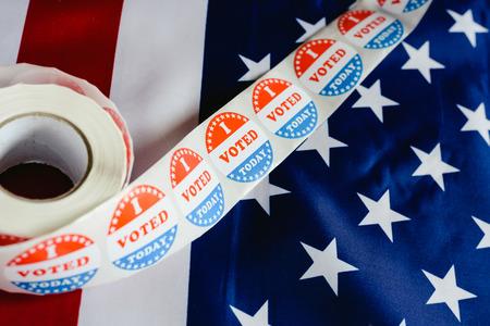 Hoy voté una pegatina, típica de las elecciones estadounidenses en la bandera estadounidense. Foto de archivo