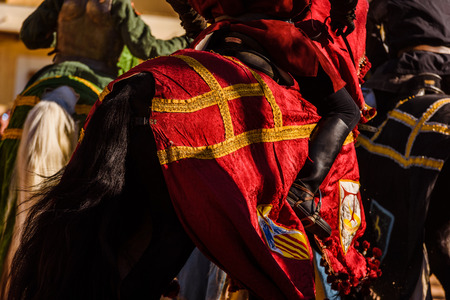 Détail de l'armure d'un chevalier monté à cheval lors d'une exposition lors d'une fête médiévale. Banque d'images