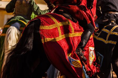 Detail der Rüstung eines Ritters zu Pferd während einer Anzeige bei einem mittelalterlichen Festival. Standard-Bild