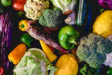Verduras, mejores alimentos saludables, rábanos, cebollas, ajo, pimientos, repollo, brócoli. Foto de archivo