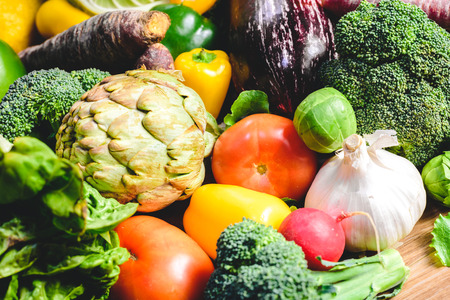 Verdure, cibi salutari, ravanelli, cipolle, aglio, peperoni, cavoli, broccoli.
