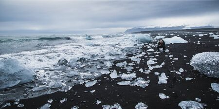 Giant ice blocks detached from icebergs on the coast of an Icelandic beach. Imagens