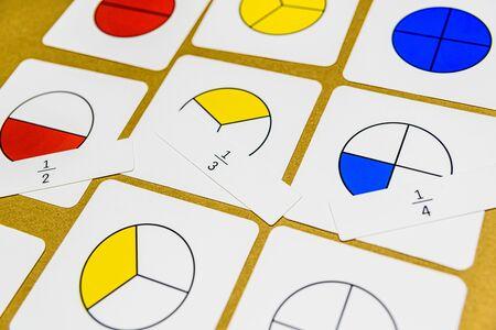 En la pedagogía montessori, las matemáticas de varias maneras se pueden enseñar en el aula, fracciones con letras ilustrativas. También para la educación en casa. Foto de archivo